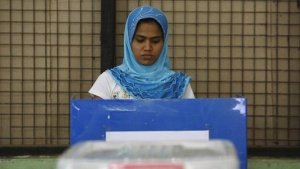 A woman casts her vote at a ballot station during by-elections in Yangon April 1, 2012. Myanmar votes on Sunday in its third election in half a century. REUTERS/Staff (MYANMAR - Tags: POLITICS ELECTIONS)