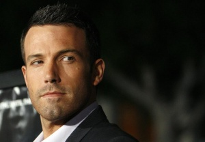 "Director Ben Affleck waves at the premiere of ""Gone Baby Gone"" at the Bruin theatre in Los Angeles October 8, 2007.    REUTERS/Mario Anzuoni"