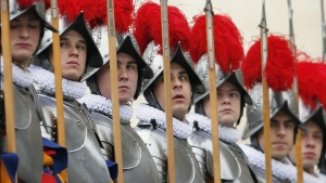 Swiss guards stand before Pope Benedict XVI arrives for his &quot;Urbi et Orbi&quot; (To the city and the world) address from a balcony in St. Peter's Square in Vatican December 25, 2012. REUTERS/Alessandro Bianchi
