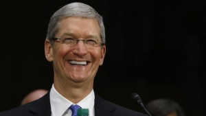 Apple CEO Tim Cook laughs during a Senate homeland security and governmental affairs investigations subcommittee hearing on offshore profit shifting and the U.S. tax code, on Capitol Hill in Washington, May 21, 2013.   REUTERS/Jason Reed