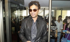 Bollywood actor Irrfan Khan walks into a hotel in Toronto, June 22, 2011.  REUTERS/Mark Blinch/Files