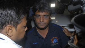 Police escort Gurunath Meiyappan, son-in-law of Indian cricket board (BCCI) President N Srinivasan, to the Crime Branch in Mumbai May 24, 2013. REUTERS/Stringer