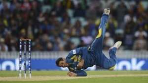Sri Lanka's Tillakaratne Dilshan celebrates as he catches Australia's Clint McKay and his team qualify for the semi final in the ICC Champions Trophy group A match at The Oval cricket ground, London June 17, 2013. REUTERS/Philip Brown