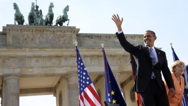 U.S. President Barack Obama waves as he arrives with German chancellor Angela Merkel (R) to give a speech in front of the Brandenburg Gate at Pariser Platz in Berlin June 19, 2013. REUTERS/Michael Kappeler/Pool