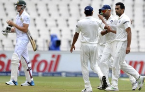 India's players celebrate the dismissal of South Africa's Morne Morkel (L) after he was bowled out by Zaheer Khan (R) during the third day of their cricket test match in Johannesburg December 20, 2013. REUTERS/Ihsaan Haffejee
