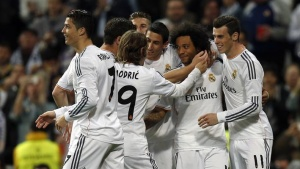 Real Madrid's Marcelo (2nd R) is congratulated by teammates after scoring a goal against Levante during their Spanish first division soccer match at Santiago Bernabeu stadium in Madrid March 9, 2014.  REUTERS/Sergio Perez