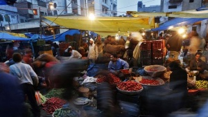Vendors sell vegetables at a wholesale vegetable market in the old quarters of Delhi January 22, 2014. REUTERS/Ahmad Masood