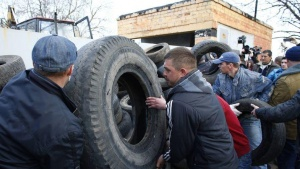 Pro-Russia protesters build a barricade in front of an Ukrainian airbase in Kramatorsk, in eastern Ukraine April 15, 2014. REUTERS/Marko Djurica
