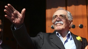 Gabriel Garcia Marquez greets journalists and neighbours on his birthday outside his house in Mexico City March 6, 2014. REUTERS/Edgard Garrido/Files
