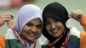 Malaysia's Nur Ayuni (R) and Nur Suyani pose at the Commonwealth Games in New Delhi October 10, 2010. REUTERS/Krishnendu Halder/Files