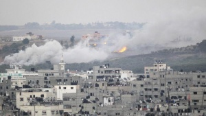 Smoke and flames are seen during Israeli offensive in the east of Gaza City July 30, 2014. REUTERS/Ahmed Zakot