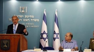 Israel's Prime Minister Benjamin Netanyahu (L), Israeli military chief Lieutenant-General Benny Gantz (R) and Defence Minister Moshe Yaalon attend a news conference at the prime minister's office in Jerusalem August 27, 2014. REUTERS/Nir Elias