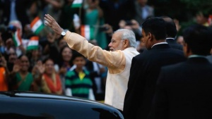 Prime Minister Narendra Modi waves to the crowd gathered to watch him pay homage at the Mahatma Gandhi Statue in front of the Indian Embassy in Washington September 30, 2014. REUTERS/Jonathan Ernst