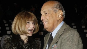 Editor Anna Wintour (L) and designer Oscar de la Renta arrive for the Diane von Furstenberg show during the Fall/Winter 2012 collection shows during New York Fashion Week, February 12, 2012.     REUTERS/Carlo Allegri/Files