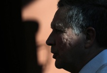 U.S. Republican presidential candidate John Kasich speaks to voters during a campaign town hall in Nashua, New Hampshire, February 7, 2016. REUTERS/Mike Segar