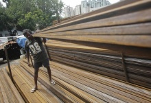 A worker loads iron rods in a truck at an iron and steel market in an industrial area in Mumbai September 11, 2013.   REUTERS/Danish Siddiqui/Files