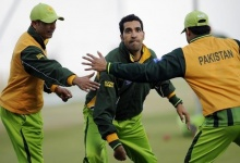 Pakistan's Umar Gul (C) attempts to throw a flying disc during a training session before the second cricket test match against England at the Sheikh Zayed Stadium in Abu Dhabi January 24, 2012. REUTERS/Philip Brown/Files