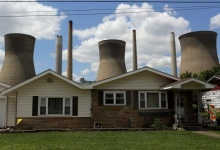 The John Amos coal-fired power plant is seen behind a home in Poca, West Virginia in this May 18, 2014 file photo.     REUTERS/Robert Galbraith/Files