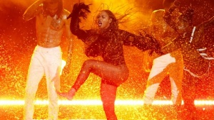 """Beyonce performs """"Freedom"""" at the 2016 BET Awards in Los Angeles, California U.S. June 26, 2016.  REUTERS/Danny Moloshok - RTX2ICXU/Files"""