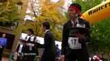 お盆の水をこぼさず走れ、横浜で「ウエーターレース」開催(字幕・25日)