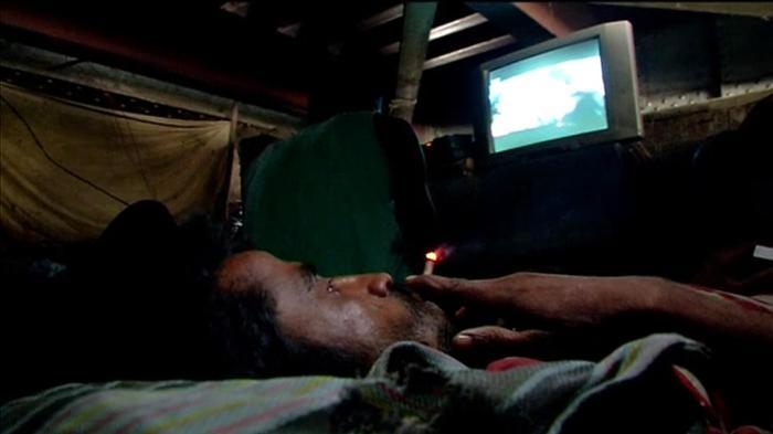 Makeshift cinema helps Indian labourers unwind
