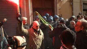 Scuffles break out between demonstrators and police in Rome