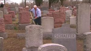 Pence visits vandalized Jewish cemetery