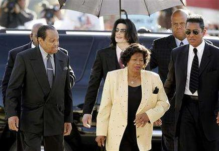 Joseph Jackson (L), Michael Jackson, Katherine Jackson (C-Front) and Jermaine Jackson (R) arrive in court for Michael's child molestation trial in Santa Maria, California. REUTERS/Carlo Allegri/pool