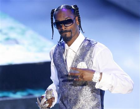 Rap artist Snoop Dogg performs in Los Angeles in a 2006 photo. Stockholm police arrested Snoop Dogg and a woman in her early 20s early on Monday for suspected narcotics use, a police official said. REUTERS/Mario Anzuon