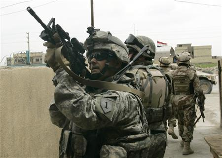 A U.S. soldier scans the area during a patrol in Baghdad's northwest Sunni neighborhood of Ghazaliyah March 26, 2007. REUTERS/Fabrizio Bensch