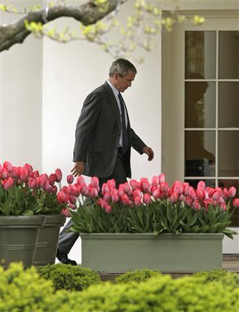 President George W. Bush walks to the Oval Office of the White House after return to Washington April 19, 2007. REUTERS/Yuri Gripas