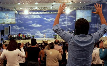 Evangelical Protestantism followers pray in the Renascer em Cristo church in Sao Paulo May 2, 2007. REUTERS/Caetano Barreira