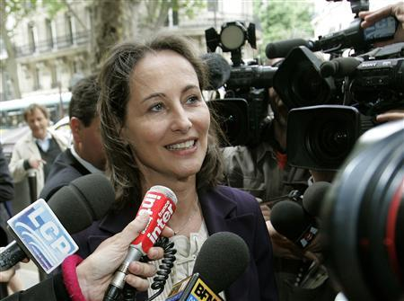 Media surround Segolene Royal, France's Socialist Party presidential candidate, as she arrives at her headquarters in Paris May 7, 2007, the day after her defeat by conservative UMP party candidate Nicolas Sarkozy, who was elected as France's President in the runoff vote. REUTERS/Thierry Roge