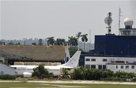 A Boeing 737 owned by Spain's Hola Airlines and leased to Cuba's national carrier, Cubana, sits at the Jose Marti airport in Havana following a failed hijack attempt, May 4, 2007. REUTERS/Claudia Daut