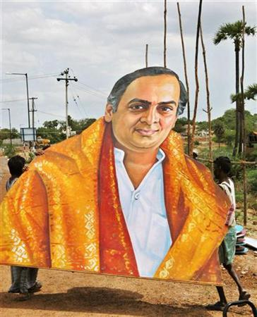 Indian labourers carry a portrait of slained former Indian prime minister Rajiv Gandhi on the eve of his 13th death anniversary in Sriperambatur, on the outskirts of the southern Indian city of Madras, in this May 20, 2004 file photo. The investigation into the 1991 assassination of former the Indian Prime Minister is the subject of a Bollywood thriller which promises to reveal new facts about the suicide attack, a report said on Tuesday. REUTERS/Babu