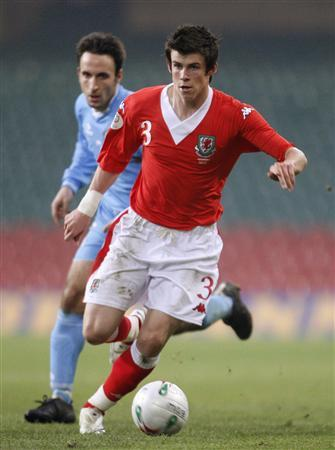 Gareth Bale (R) of Wales is marked by San Marino's Matteo Andreini during their Euro 2008 Group D soccer match at the Millennium stadium, Cardiff, on March 28, 2007. Spurs have signed Southampton's left back Bale, the Premier League club said on their Web site on Friday. REUTERS/Eddie Keogh