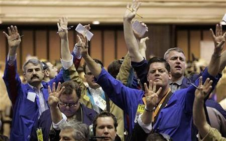Traders in the Corn futures pit of the Chicago Board of Trade signal orders shortly after the opening bell, March 30, 2007. IntercontinentalExchange Inc. may have helped its bid for CBOT Holdings by reaching an agreement aimed at resolving a dispute between CBOT and the Chicago Board Options Exchange, The Wall Street Journal reported on its Web site on Wednesday. REUTERS/Frank Polich