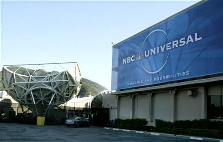 A large sign of NBC Universal hangs on a building at the NBC studios in Burbank, California on May 19, 2004. Media conglomerate NBC Universal said on Thursday it expects a new online video venture it is building with News Corp.to launch in September. REUTERS/Fred Prouser