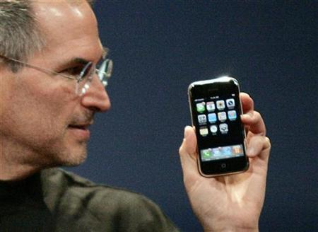In this file picture, Apple Computer Inc. Chief Executive Officer Steve Jobs holds the new iPhone in San Francisco, California, January 9, 2007. Apple on Monday said the battery of its iPhone will be better than expected, providing up to 8 hours of mobile phone talk time or 6 hours of Internet use. REUTERS/Kimberly White