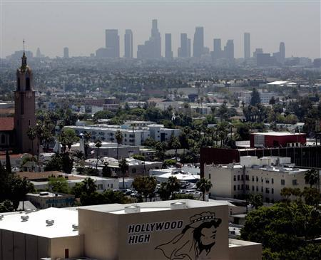 In this file photo the skyline of downtown Los Angeles through a layer of smog is seen in the distance from a rooftop in Hollywood, California, May 31, 2006.The Environmental Protection Agency offered tighter standards for ozone pollution for the first time since 1997 but critics said on Thursday the proposal is more lax than what the EPA's own experts recommended. REUTERS/Fred Prouser