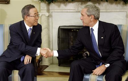 President George W. Bush (R) meets with U.N. Secretary General Ban Ki-moon in the Oval Office of the White House in Washington July 17, 2007. REUTERS/Kevin Lamarque