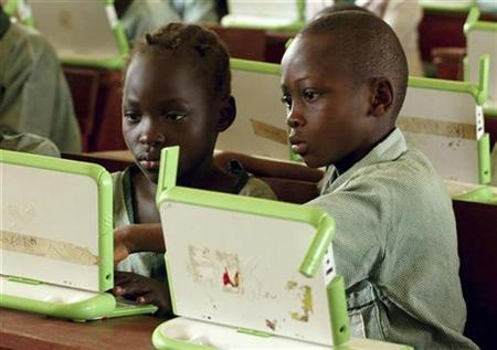 Nigerian pupils work on computers at a primary school in Abuja, in this May 30, 2007 picture. A non-profit group that designs low-cost computers for poor children hopes to start selling multimedia laptops to consumers by Christmas, a foundation executive said on Monday. REUTERS/Afolabi Sotunde