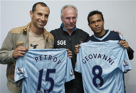 Manchester City manager Sven Goran Eriksson (C) poses with new signings Martin Petrov of Bulgaria (L) and Geovanni of Brazil (R) during a photocall at the club's Carrington training complex in Manchester, northern England, July 26, 2007. REUTERS/ Phil Noble