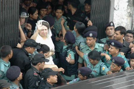 Former Bangladesh prime minister Begum Khaleda Zia waves at her supporters at a Dhaka court, September 3, 2007. Bangladesh security forces detained the Zia, and her younger son on Monday. REUTERS/Tarif Rahman