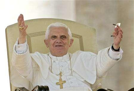 Pope Benedict XVI waves as he leads his weekly audience in Saint Peter's square at the Vatican October 3, 2007. REUTERS/Dario Pignatelli
