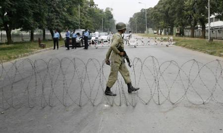 Pakistani paramilitary troops stand guard at a roadblock in Islamabad November 5, 2007. The United States and Britain heaped pressure on Pakistan's President Pervez Musharraf on Monday, urging him to hold elections on time, as police detained hundreds of lawyers angry at his imposition of emergency rule. REUTERS/Mian Khursheed