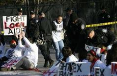 <p>La polizia disperde i partecipanti a una manifestazione sull'Aids davanti alla Casa Bianca a Washington. REUTERS/Kevin Lamarque</p>