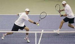 <p>Gli americani Mike (sinistra) e Bob Bryan durante le finali di Coppa Davis a Portland, Oregon. REUTERS/Robert Galbraith</p>