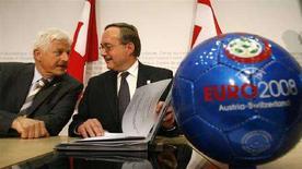<p>Il ministro svizzero della Difesa e dello Sport Samuel Schmid (destra) parla con il delegato di Euro2008 del governo svizzerot Benedikt Weibel davanti a un pallone con il logo degli Europei, a Berna. REUTERS/Ruben Sprich</p>