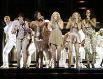 <p>Le Spice Girls (da sinistra a destra) Melanie Chisholm, Victoria Beckham, Emma Bunton, Geri Halliwell e Melanie Brown sul palco del concerto di Vancouver, Canada, 2 dicembre 2007. REUTERS/Lyle Stafford</p>
